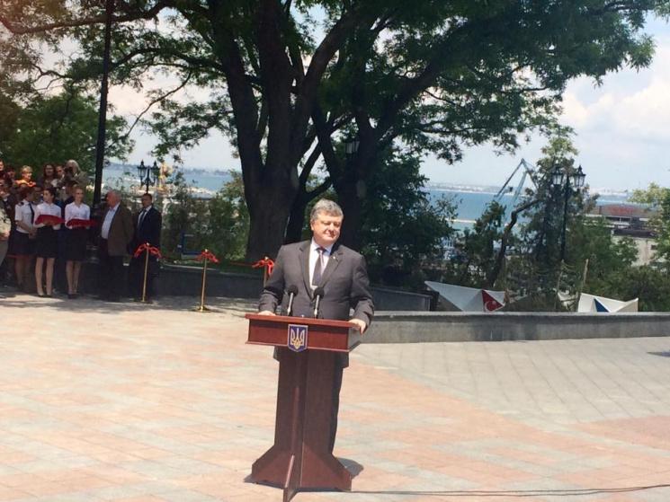 Президент вОдессе поздравил новобрачных  ивручил сертификат наквартиру
