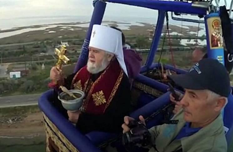 Хрестом по тріщинах: Окупанти освятили Кримський міст з повітряної кулі (ВІДЕО)