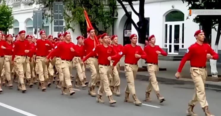 """В окупованому Севастополі на репетицію параду вивели майбутніх """"іхтамнєтов"""""""