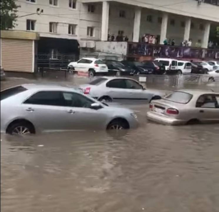 У Сімферополі затопило вулиці: Автівки плавають по дорозі