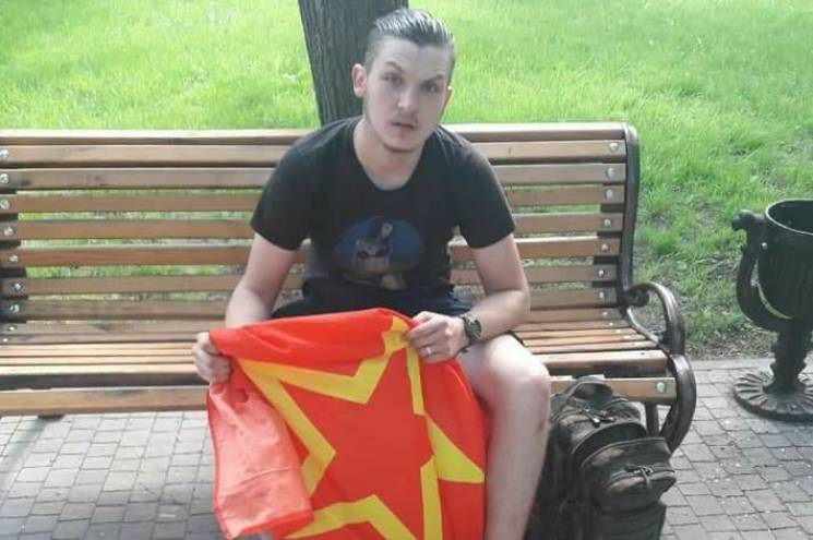 У Чернігові активісти влаштували сутичку через прапор червоного кольору