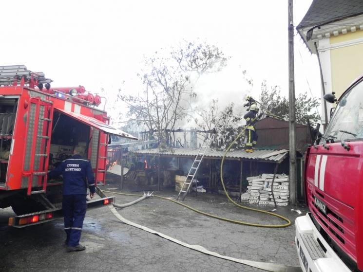 У Чернігові через палаючий сарай мало не зайнявся шестиквартирний будинок (ФОТО)