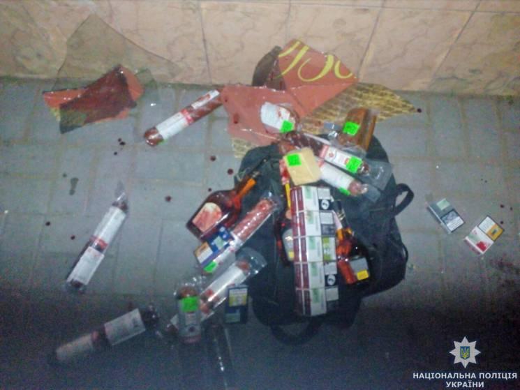 Двоє житомирян кулаками розбили скло в магазині, щоб вкрасти ковбасу, коньяк і цигарки