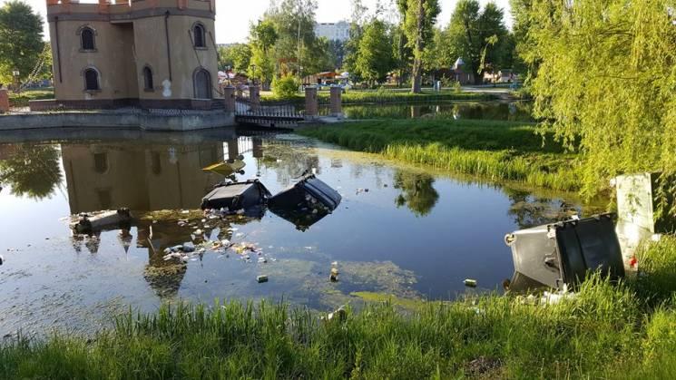 У Сумах в озеро невідомі скинули сміттєві баки (ФОТО)