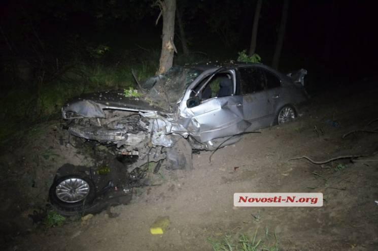 На Миколаївщині іномарка з сім'єю злетіла з траси та протаранила дерево