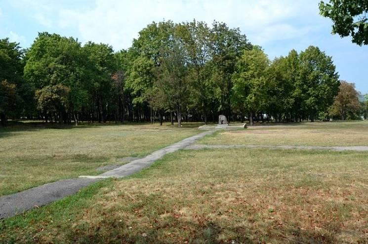Від психлікарні на цвинтар: На чиїх могилах дозволили танцювати чиновники Кернеса (ФОТО)