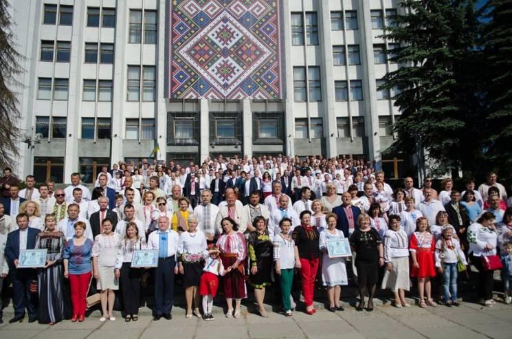 У Тернополі зібрали 350 депутатів у вишиванках, встановивши рекорд (ФОТО)