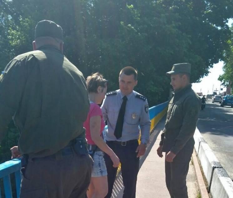 На Житомирщині вагітна жінка мало не стрибнула з мосту через побутові негаразди (ФОТО)