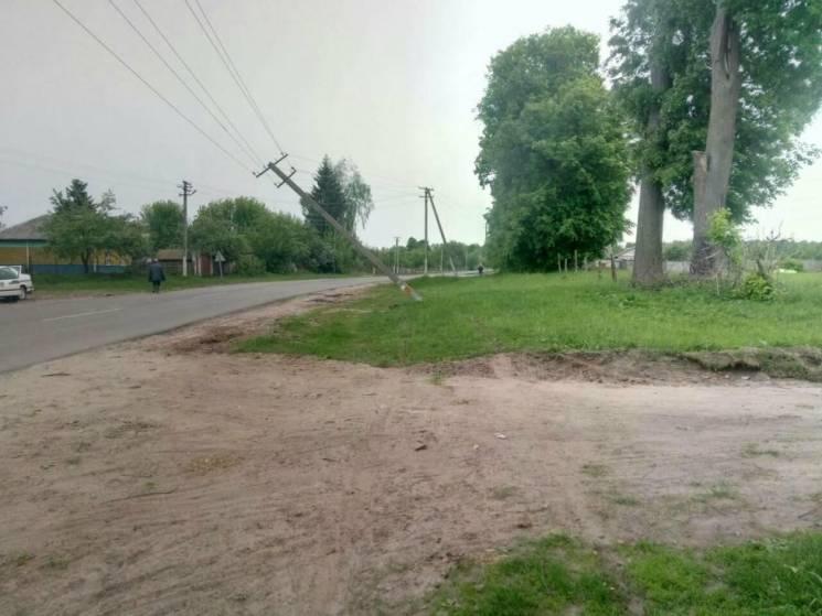 Водій із Шостки врізався в електроопору та втік (ФОТО)
