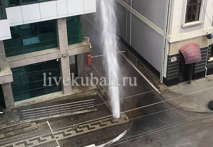 Прорвало трубу: У Краснодарі з-під землі б'є кількаметровий фонтан (ВІДЕО)