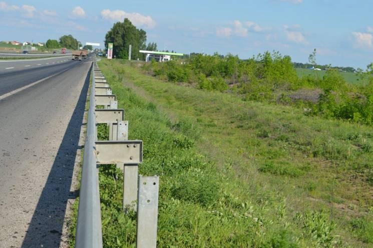 Поблизу Полтави затримали зловмисника, який розбирав металеве огородження автодороги