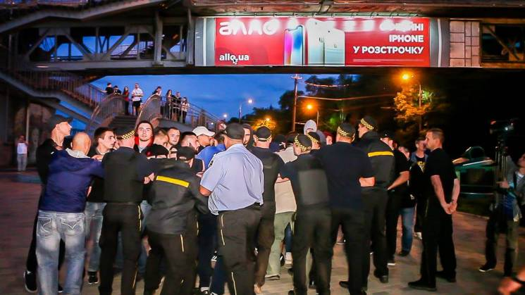 """У Дніпрі """"спортивні"""" активісти побилися з силовими комунальниками Філатова (ВІДЕО)"""