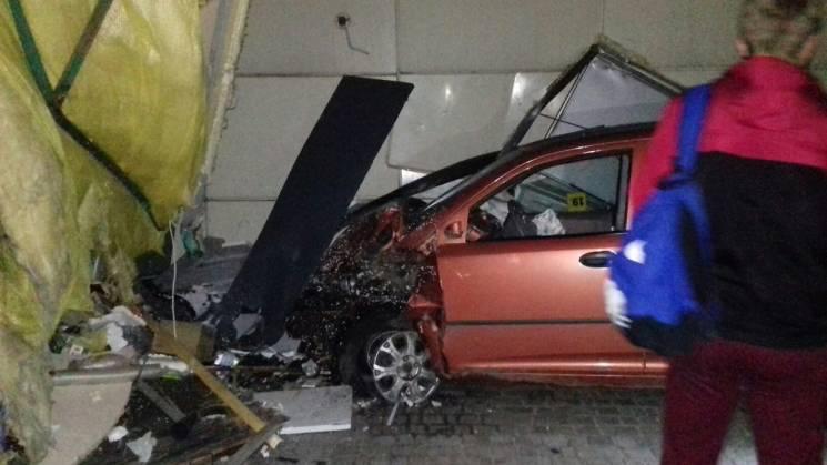 У Харкові водій розтрощив кіоск та власне авто (ФОТО)