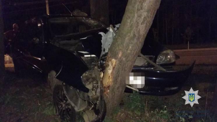 У Харкові водій Daewoo протаранив дерево