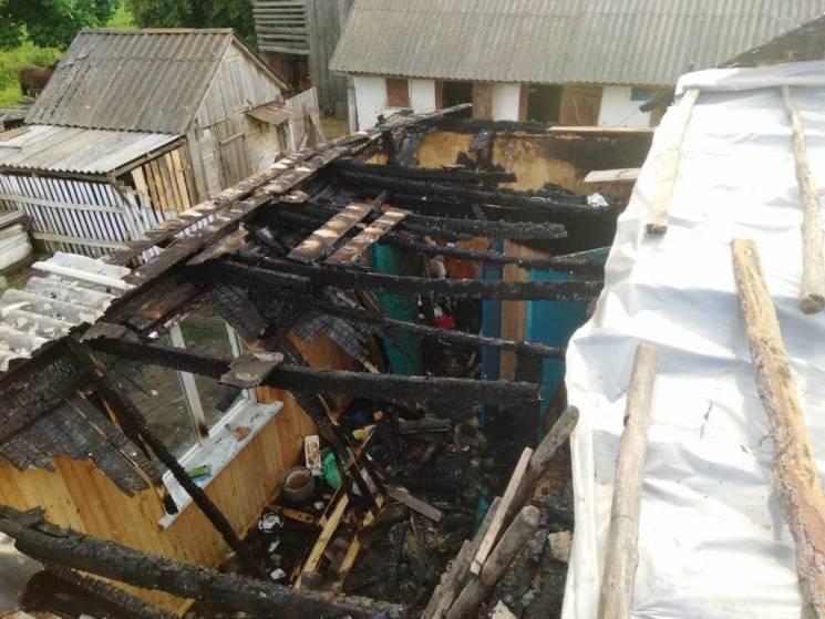 На Житомирщині у дерев'яного будинка згорів увесь дах