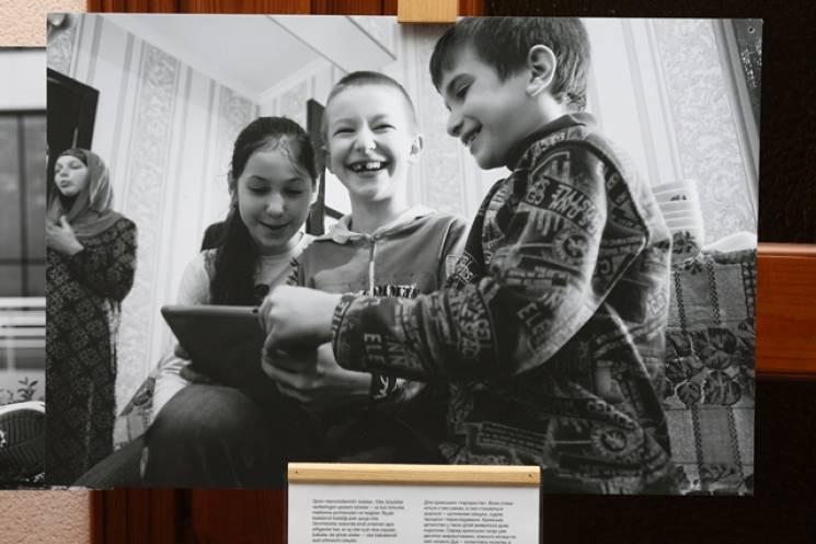 """""""Доросле кримське дитинство"""": У Кропивницькому показали фотопроект про дітей з сімей кримських політв'язнів (ФОТО)"""