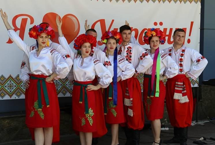 Мешканці Бердянська вже святкують День вишиванки (ФОТО)