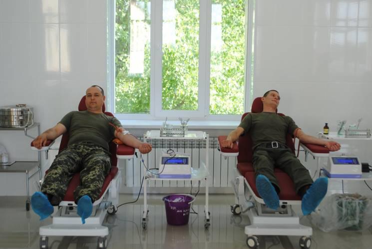 На Кропивниччині Нацгвардійці здали кров для хлопця, який сильно травмувався у покинутій будівлі