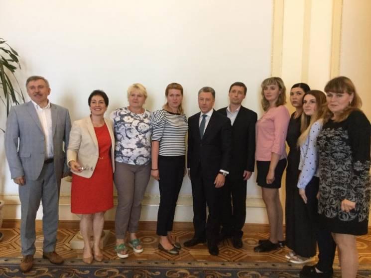 Волкер зустрівся із сім'ями політв'язнів і зниклих безвісти на Донбасі (ФОТО)