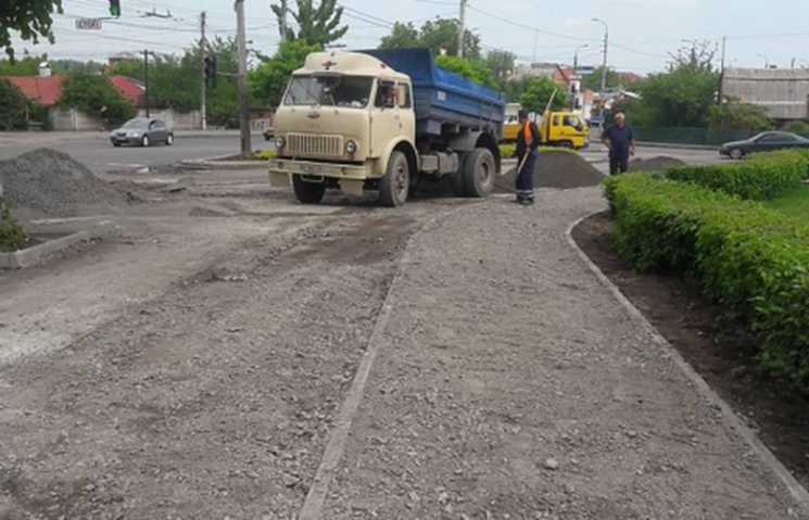 На вулиці Київській будують велосипедну доріжку і тротуар
