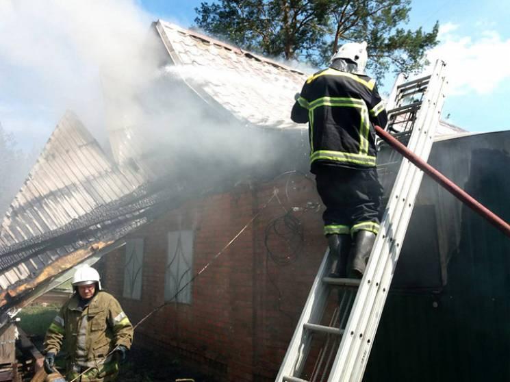 Десятеро рятувальників гасили житловий будинок під Полтавою (ФОТО)