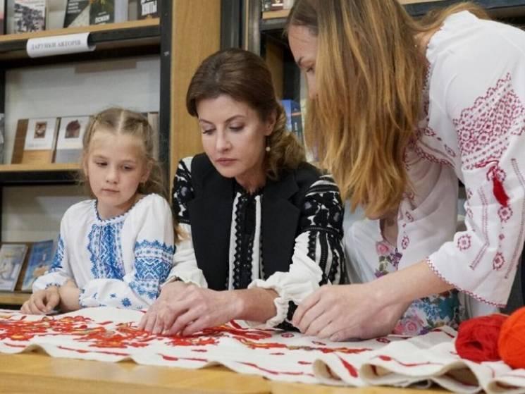 "Марина Порошенко презентувала в Одесі нацпроект ""Книга миру"" та вишивала рушник (ФОТО)"