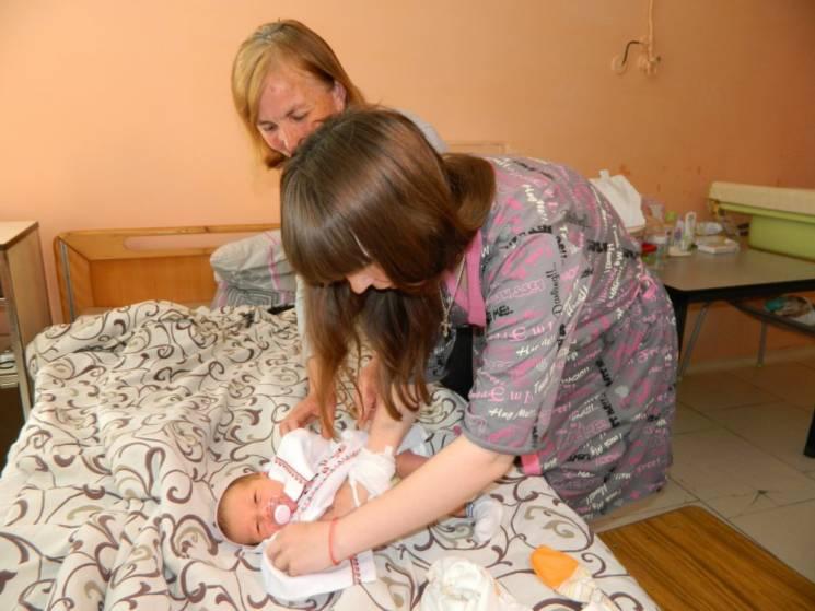 Суддя з Вінниці вишила льолі для дітей, народжених у День вишиванки
