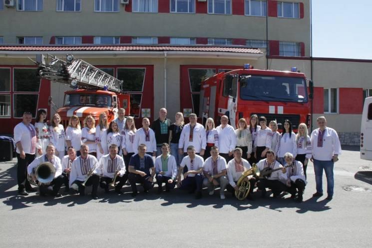 Як вінницькі рятувальники флешмобили в День вишиванки (ФОТО)