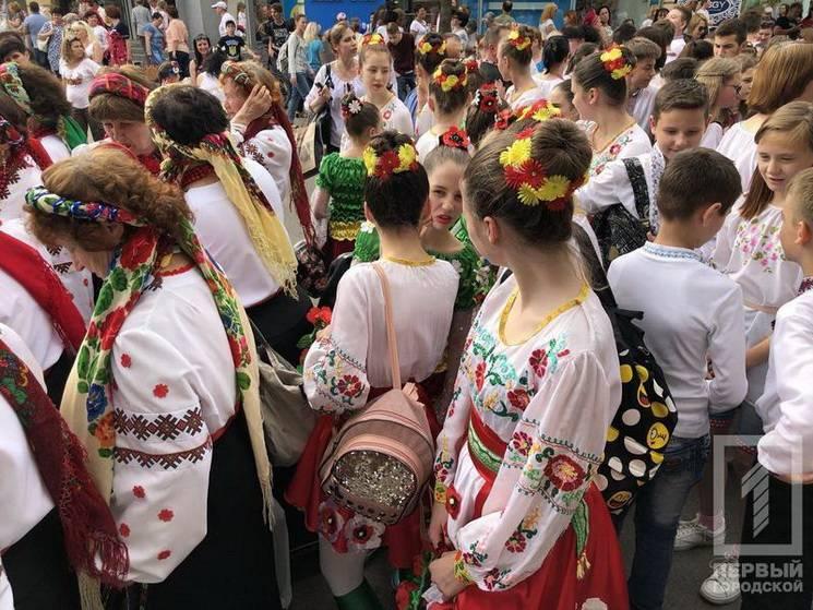 У Кривому Розі тисячі людей вийшли на парад вишиванок