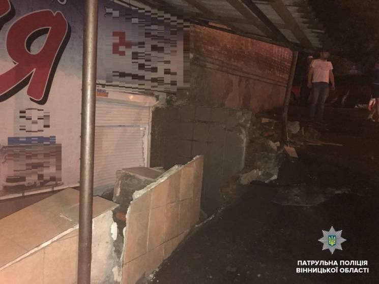 У Вінниці п'яний водій утікав від поліції і врізався в будинок (ФОТО)