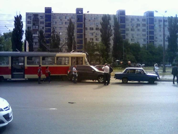 У Києві трамвай врізався у позашляховик (ФОТО)