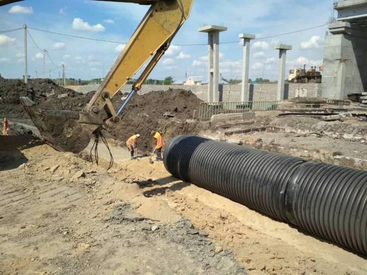 Між двома автодорогами на Полтавщині  вкладають водопропускні труби (ФОТО)