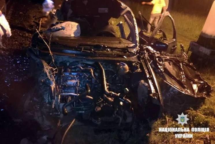 На Прикарпатті автівка в'їхала у поїзд: Пасажир загинув (ФОТО)