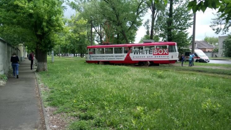 Дрифт місяця: У Харкові трамвай злетів з рейок та перекрив колії (ФОТО)