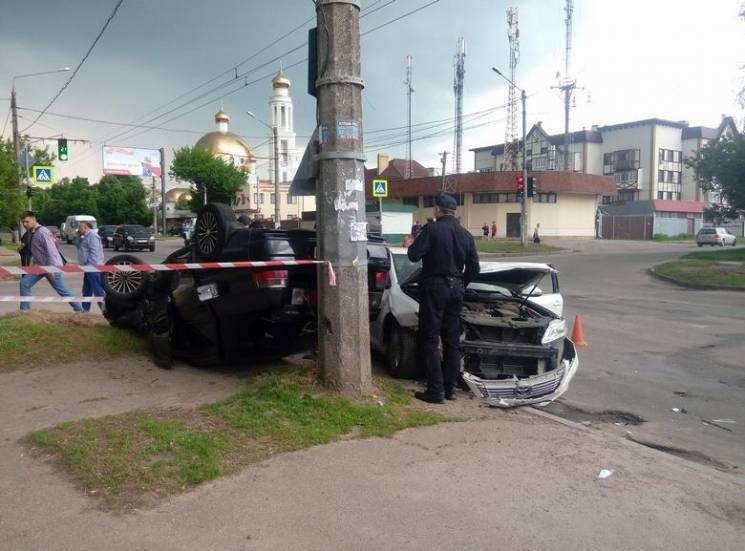 На Холодній Горі біля зупинки зіткнулися авто: Одна з машин лягла на дах (ФОТО)