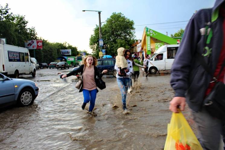 Весняна злива позатоплювала вулиці Кам'янця (ФОТО)
