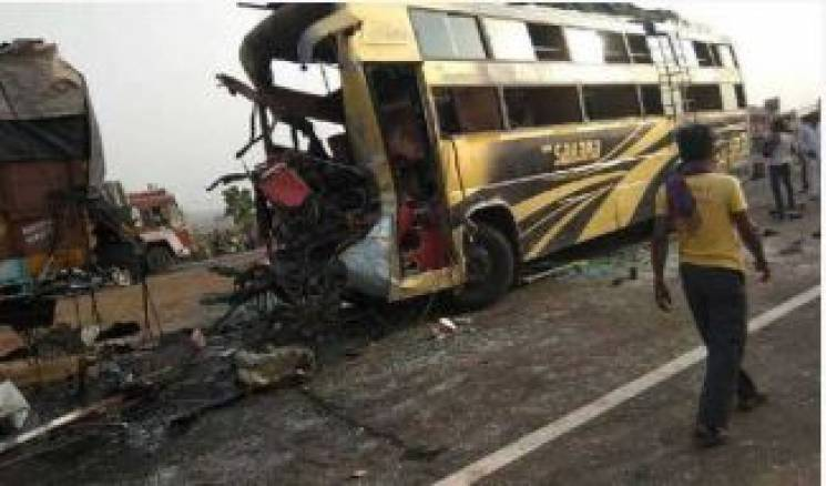В Індії автобус врізався у фуру: 11 загиблих (ФОТО)