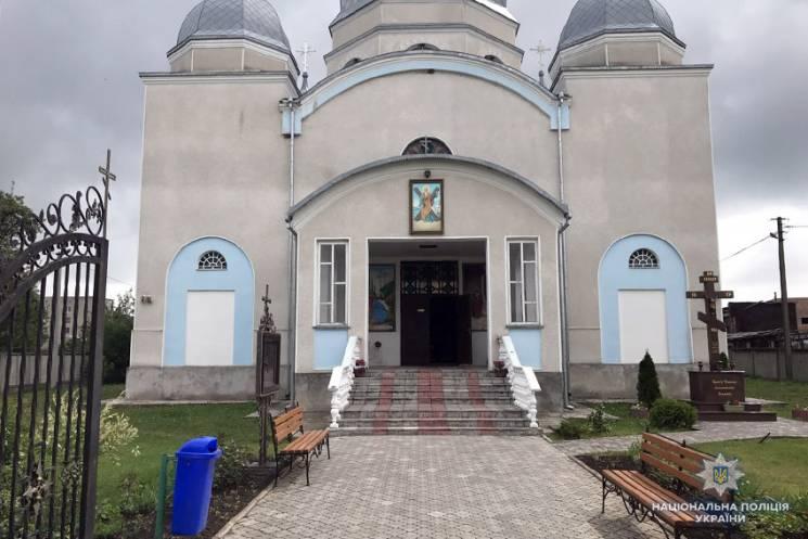 Двоє жителів Дніпра обікрали храм на Хме…