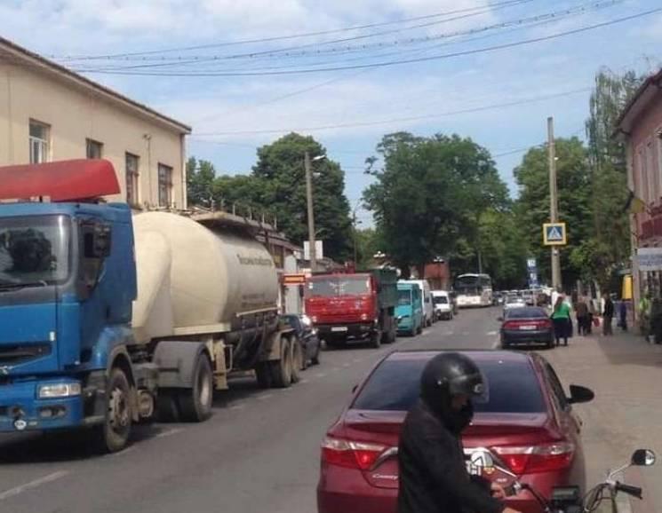 На Прикарпатті підприємці заблокували дорогу Чернівці - Франківськ (ФОТО)