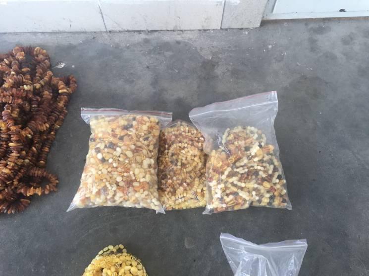 Житель Тернопільщини намагався вивезти за кордон 11,5 кг бурштинових виробів (ФОТО, ВІДЕО)