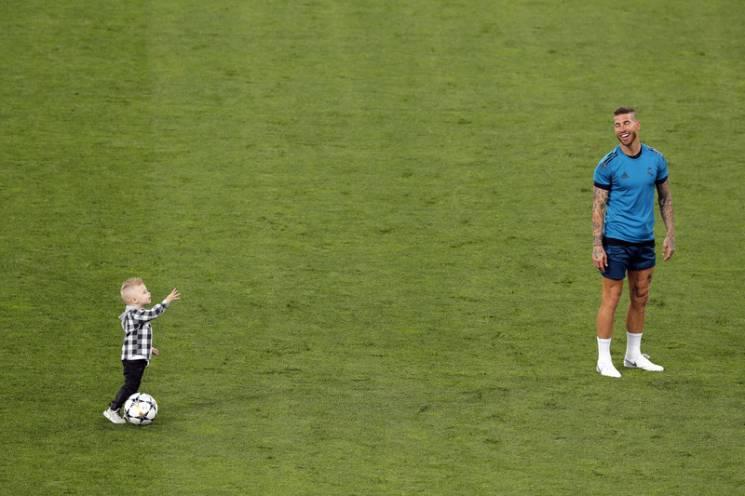 """Кадри дня. Зірка """"Реалу"""" Рамос тренується з дітьми на """"Олімпійському"""" (ФОТО)"""