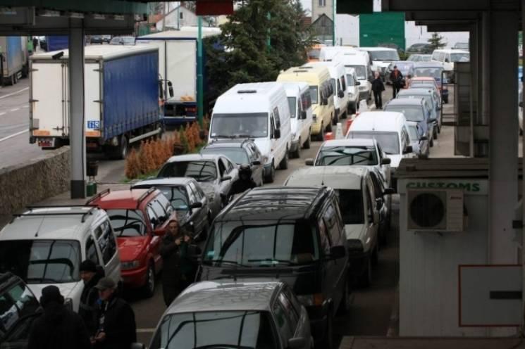 На кордонах із Закарпаттям через збільшення кількості туристів утворюються черги (ВІДЕО)