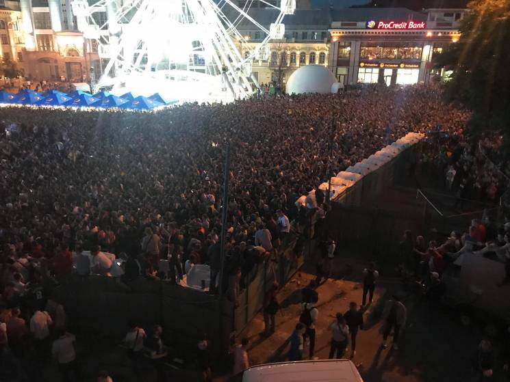 Двадцять тисяч фанів дивляться трансляцію фіналу Ліги чемпіонів на Контрактовій площі (ФОТОРЕПОРТАЖ)
