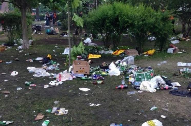 Британські фанати перетворили столичний парк Шевченка на смітник (ФОТО)