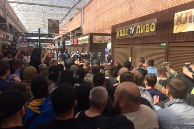 Кількість затриманих біля столичного метро уже понад 30