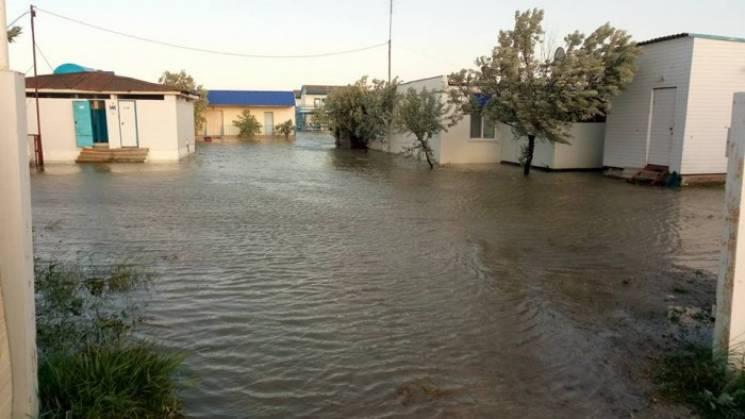 У полоні стихії: Як шторм топив запорізькі та херсонські курорти (ФОТО, ВІДЕО)