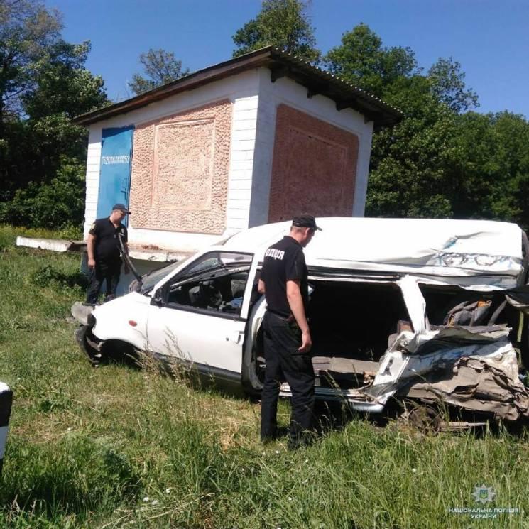 На залізничному переїзді на Одещині потяг зіштовхнувся з мікроавтобусом (ФОТО)