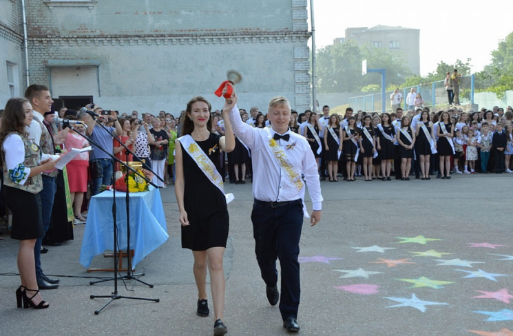 У школах Кропивницького свято останнього дзвоника провели за скороченою програмою