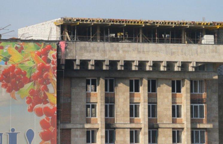 Дом профсоюзов на Майдане незаконно подрос на пару этажей