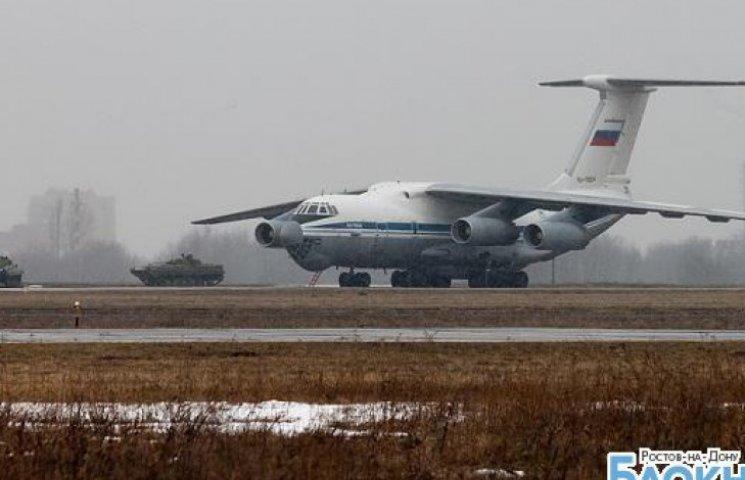 РФ возобновила работу аэродрома на границе с Украиной и стянула туда 20 самолетов с военными